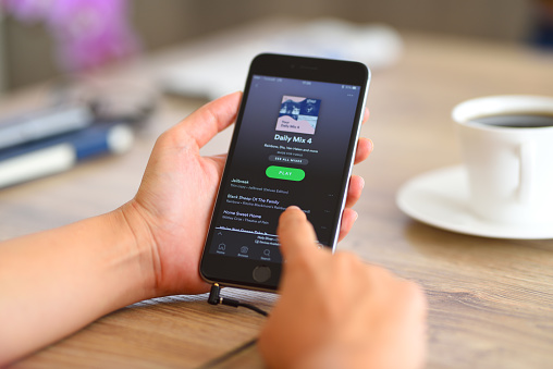 Spotify: Podcast auto quotes for social media sharing